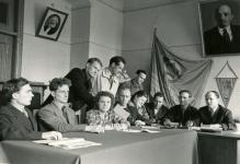 Совещание в Завкоме  комсомола. Четвертый слева - Б.Рябинин